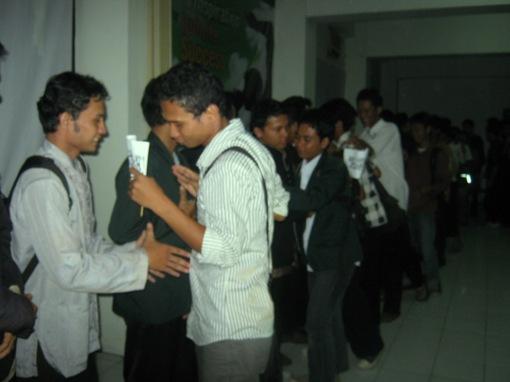 12. peserta dan panitia bersalam dan berpelukan