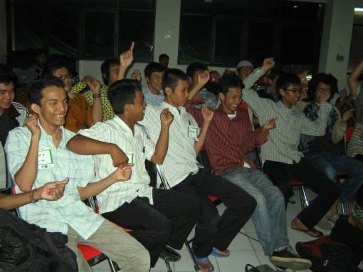 3. peserta antusias mengikuti game interaktif